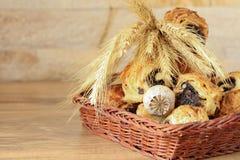 Süße Rollen mit Mohn liegen in einem Weidenkorb Stockfoto