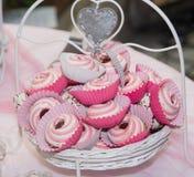 Süße rosa Hochzeitsplätzchen Stockfotografie