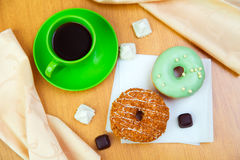 Süße Schaumgummiringe und Cup schwarzer Kaffee Stockfoto
