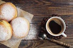 Süße Schaumgummiringe und Kaffeetasse auf Tabelle Stockfoto