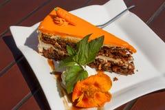 Süße Scheibe des Karottenkuchens auf einer weißen Platte Stockbilder