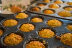 Süße Scones im Muffin-Zinn Stockfotografie