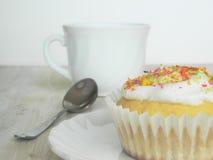 Süße selbst gemachte kleine Kuchen mit Kokosnussschnitzeln Lizenzfreies Stockfoto