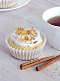 Süße selbst gemachte kleine Kuchen mit Kokosnussschnitzeln Stockfotografie