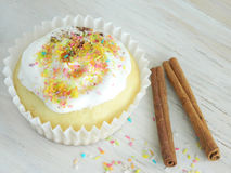 Süße selbst gemachte kleine Kuchen mit Kokosnussschnitzeln Stockbild