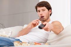 Süße Snäcke vor Fernsehen lizenzfreie stockbilder