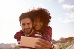 Süße spielerische junge Paare, die selfies nehmen lizenzfreies stockbild