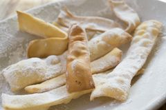 Süße Stückchen des italienischen Karnevals nannten crostoli oder frappe Lizenzfreies Stockbild