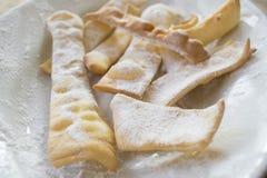 Süße Stückchen des italienischen Karnevals nannten crostoli oder frappe Lizenzfreie Stockbilder