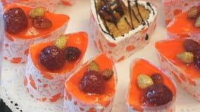 Süße Stücke des Kuchens auf einer weißen Platte stock video footage