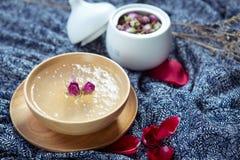 Süße Suppe von salanganes oder von bird& x27; s-Nest in der hölzernen Schüssel im restau Lizenzfreie Stockfotos