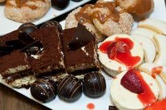 Süße Tabelle, Käsekuchen, Tiramisu, Apfel crostada, Schokolade zuccotto Bisse, Vera-Zitronenplätzchen Lizenzfreies Stockbild