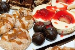 Süße Tabelle, Käsekuchen, Tiramisu, Apfel crostada, Schokolade zuccotto Bisse, Vera-Zitronenplätzchen Stockbild