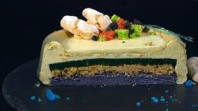 Süße Torte auf einer drehenden Tabelle auf einem dunklen Hintergrund stock footage