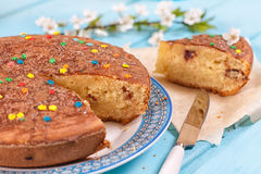 Süße Torte vom Grieß mit Kirsche Lizenzfreie Stockbilder