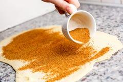 Süße traditionelle Nachtischbrötchen der Zimtgebäck-Teigvorbereitung Stockbilder