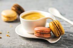 Süße und bunte französische Makronen auf Retro-weinlesehintergrund stockfoto