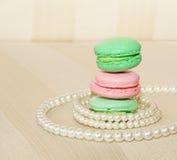 Süße und bunte französische Makronen und Perlen lizenzfreie stockfotos