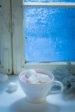 Süße und heiße Schokolade mit Eibischen für Weihnachten nachts kaltes stockfotografie