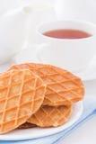 Süße Waffeln auf weißer Platte Lizenzfreie Stockfotografie
