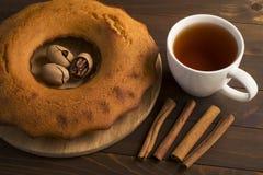 Süßer üppiger kleiner Kuchen mit Tee stockbild