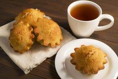 Süßer üppiger kleiner Kuchen mit Tee Stockfoto
