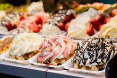 Süßer belgischer Nachtisch im Shop stockbild