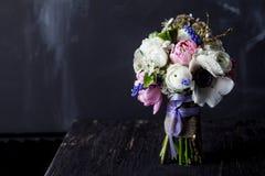Süßer Blumenstrauß auf dunklem altem Holz Stockfotos