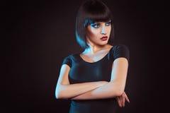 Süßer Brunette mit kare Haarschnitt lizenzfreie stockbilder