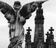 Süßer Engel, der die Kreuze bereitsteht Stockbilder