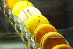 Süßer gelber Makronen-Nachtisch Dubai, UAE am 28. Juni 2017 Stockfotos