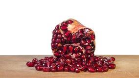 Süßer geschmackvoller reifer Granatapfel mit roten Samen auf Schneidebrett stockfoto
