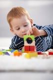 Süßer gingerish Jungen-Gebäudekontrollturm zu Hause Stockfotos