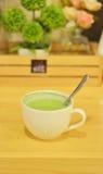 Süßer grüner Tee auf Holztisch Stockbild