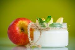 Süßer Hauptjoghurt mit Äpfeln Stockfotografie