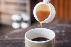 Süßer Honig mit frischem Kaffee lizenzfreies stockbild