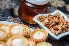 Süßer Honig und Walnüsse stockfotografie