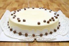 Süßer Honigkuchen mit Sahne und Nüsse Lizenzfreies Stockbild