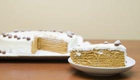 Süßer Honigkuchen mit Sahne und Nüsse Stockbilder