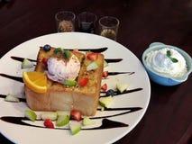 Süßer Honigtoast in der weißen Platte stockfotos