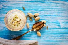Süßer Jogurt mit Safran und Pistazien stockfoto