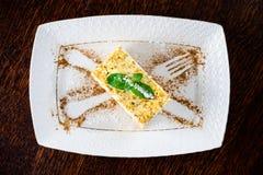 Süßer Käsekuchennachtisch mit Minze in einer Platte Draufsicht, flaches La stockfotografie
