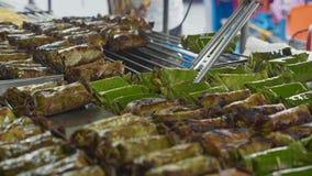 Süßer klebriger Reis mit dem Bananengebäck, das durch Bananenblatt bedeckt wurde, grillte auf Grill Lizenzfreie Stockfotos