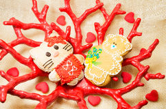 Süßer kleiner Bär und Katze des Lebkuchens in der roten Koralle formen Vase Lizenzfreie Stockbilder