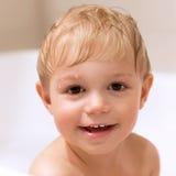 Süßer kleiner badender Junge Stockfoto