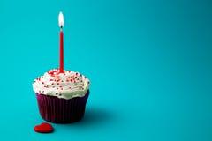Süßer kleiner Geburtstagskuchen mit Kerzen stockbild