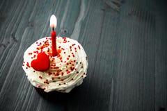Süßer kleiner Geburtstagskuchen mit Kerzen lizenzfreies stockfoto