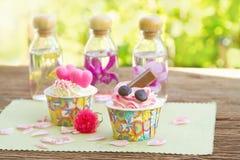 Süßer kleiner Kuchen auf Tabelle im Garten Lizenzfreies Stockfoto