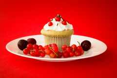 Süßer kleiner Kuchen mit Beeren und Kirschen Lizenzfreie Stockfotografie