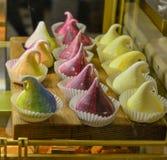 Süßer kleiner Kuchen mit fantastischen Farben stockfotografie